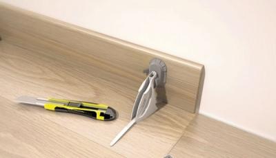 Помощно устройство за лепене на подови первази